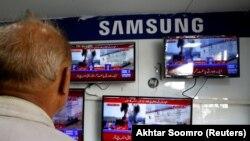 Karaçidə televiziya xəbərlərini izləyirlər