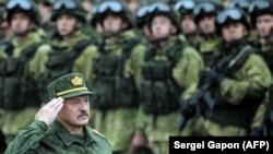 Alyaksandr Lukashenka Rusiya və Belarus əsgərlərini salamlayır