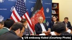 Залмай Хадилзад (ортада) АҚШ елшілігіндегі баспасөз мәслихатында отыр. Кабул. 28 қаңтар, 2019 жыл