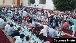 """Большое разговение, организованное в дни Рамадана в столичной мечети """"Минор"""". Ташкент, 22 июня 2015 года."""