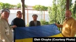 Пошуково-рятувальна група на чолі з Олегом Чуйком привезла Амруддінові, який може виявитись зниклим Ігорем Бєлокуровим, український прапор