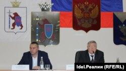 Николай Семенов — справа, слева — бывший и.о. мэра, которому Семенов якобы не выплатил часть зарплаты