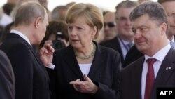 Ресей президенті Владимир Путин (сол жақта), Германия канцлері Ангела Меркель (ортада) және Украина президенті Петр Порошенко (оң жақта). Нормандия, Франция, 6 маусым 2014 жыл.