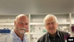 Доктор Крейг Вентер (слева) со своим коллегой в собственной лаборатории в Сан-Диего (США)