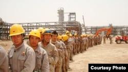 عمال صينيون في حقل الأحدب النفطي.