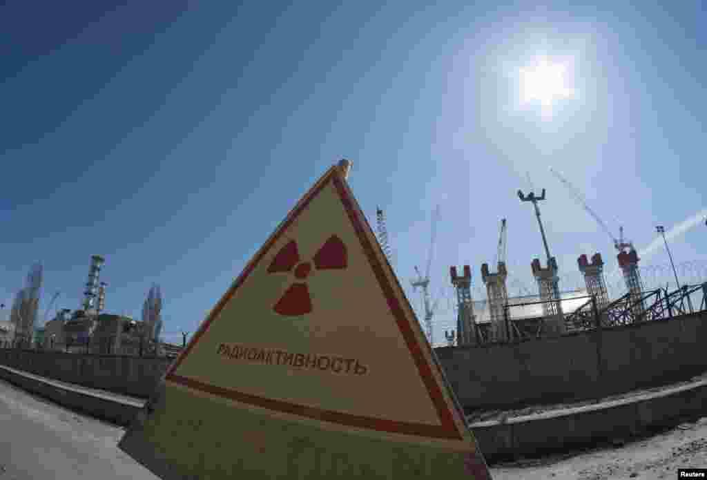 1986 жылы сәуірдің 26-ы күні апат шыққан Чернобыль АЭС-нің №4 блогы маңындағы қауіпті радиация барын ескертетін белгі. Украина, 23 сәуір 2013 жыл.