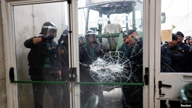 Katalonija: Policija sprečava građane da glasaju