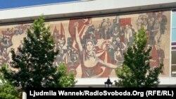 Мурал «Шлях червоного прапора» у стилі соцреалізму на відреставрованому дрезденському Палаці культури, створений до 20-річчя НДР, належить до культурних пам'яток міста