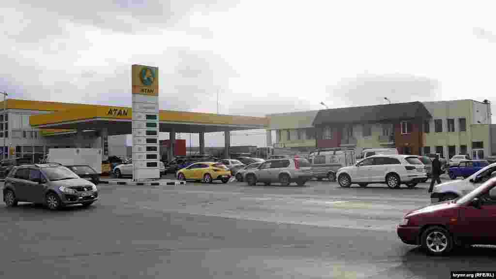 В 2015 году цена литра российского бензина А-95 перевалила за 39 рублей (14,63 грн). Причина оставалась той же– нестабильные поставки топлива. В том же году на мировом рынке произошло падение стоимости нефти, что должно было снизить цены на бензин. Однако они наоборот повысились