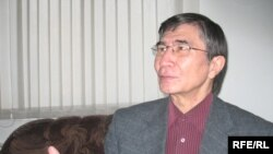 Жасарал Қуанышәлі Азаттық радиосына сұхбат беріп отыр. Алматы, 26 қараша, 2008 жыл.