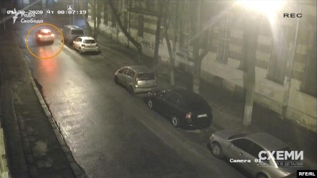 Світла автівка пригальмовує на перехресті і тричі блимає стоп-сигналами