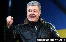 П'ятий президент України Петро Порошенко під час виступу на вічі «Червоні лінії для Зе». Київ, 8 грудня 2019 року