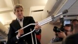 Госсекретарь США Джон Керри позирует журналистам после травмы ноги из-за падения с велосипеда. Июнь 2015