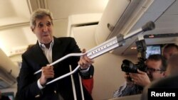 Сломавший ногу госсекретарь США Джон Керри перед отлетом в Вену на переговоры с Ираном. Вашингтон, 26 июня 2015 года.