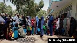 Raseljene afganistanske porodice iz okruga u kojima se vladine snage sukobljavaju s talibanima u privremenom kampu u Kahandaru, Afganistan, 4. august 2021.