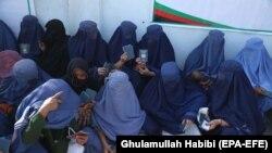 شماری از خانمها که در شهر جلال آباد چشم به راه دریافت ویزه اند