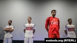 Фэдэрацыя футболу прэзэнтавала бел-чырвона-белую форму. Фота