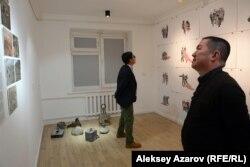 Посетители знакомятся с экспонатами выставки «Дурные шутки». Алматы, 6 декабря 2018 года.
