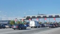 Алматы - Қорғас ақылы жолына қойылған бекет алдындағы көліктер. Алматы облысы, 14 мамыр 2019 жыл.