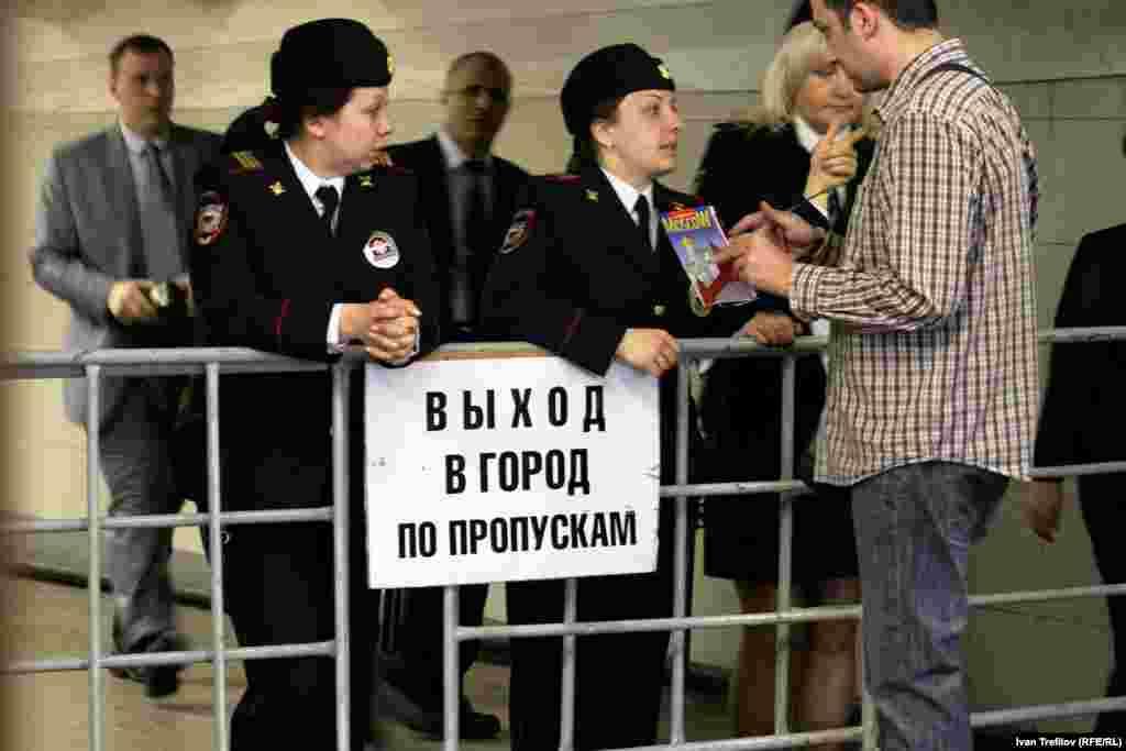 Летняя Москва. Иногда в день государственных праздников выход в город из метро может выглядеть так