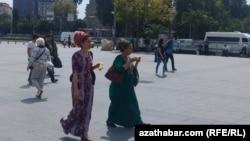 Migrantlar Stambuldaky türkmen konsulhanasynda uzyn nobatlardan kösenýär