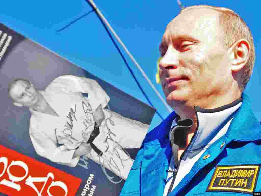 "Autogrami - Putin potpisuje DVD pod naslovom ""Naučimo džudo sa Vladimirom Putinom"""