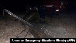 """Azərbaycanla Ermənistan sərhədində vurulmuş """"Mi-24"""" hərbi helikopterinin qalıqları."""