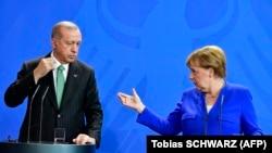 Angela Merkel (sağda) və Türkiyə Prezidenti Recep Tayyip Erdogan