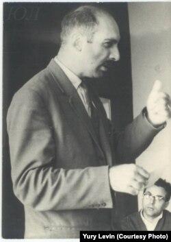Александр Пятигорский на конференции в Кяэрику, организованной Юрием Лотманом. 1964. Фото Юрия Левина