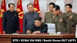 Ким Чен Ын в окружении северокорейских военных