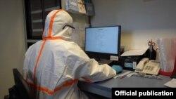 Лабораториянын вирусолог адиси.