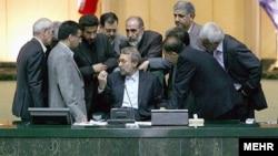 Иран парламентінің спикері Әли Лариджанидің (отыр) жанына жиылған депутаттар. Тегеран, 2 қыркүйек 2009 жыл.