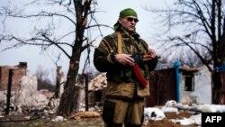 Проросійський бойовик біля Логвинового (архівне фото)