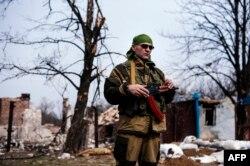 Донецк облысындағы Лохвинов елдімекенінде тұрған ресейшіл сепаратист. Украина, 26 наурыз 2015 жыл.