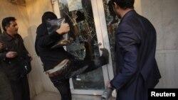 Ирански демонстранти вчера упаднаа во британската амбасада во Техеран.