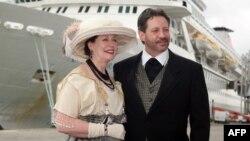 """Американская пара - родственники двух погибших на """"Титанике"""" - позирует в костюмах начала ХХ века. Саутгемптон, 10 апреля 2012 года."""