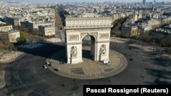 Ֆրանսիա - Սովորաբար մարդաշատ՝ աշխարհահռչակ Հաղթական կամարի Էտուալ հրապարակը դատարկ է, ապրիլ, 2020թ.