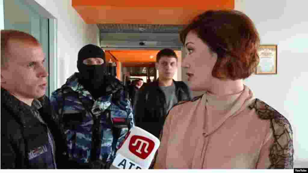 Российские силовики, проводящие обыск на территории телекомпании ATR, прервали интервью генерального директора телеканала Эльзары Ислямовой журналистам.