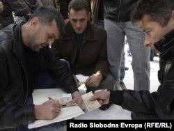 Prikupljanje novca za kolege iz RS, 19. januar 2012. foto: Žana Kovačević