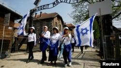 Делегация из Израиля у ворот бывшего концлагерия Освеницм
