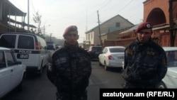 Правоохранители во время оперативных действий в ереванской общине Норк-Мараш, где были задержаны члены предполагаемой вооруженной группы, Ереван, 25 ноября 2015 г.