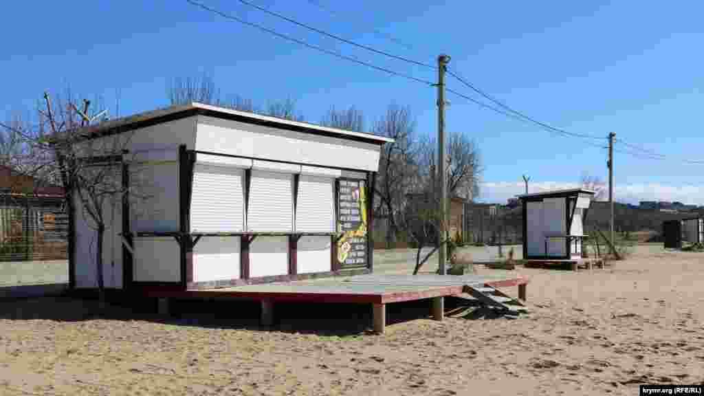 Майже всі заклади на пляжі в Орловці в цю пору року ще зачинені