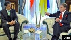 Президент Грузии Михаил Саакашвили (слева) и президент Украины Виктор Ющенко