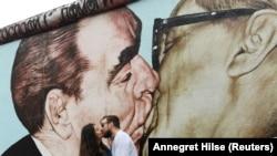 Зараз рештки Берлінської стіни, що кілька десятиліть розділяла Німеччину, стали туристичною атракцією