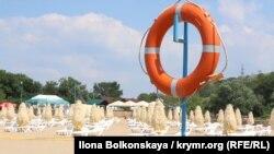Пляж в крымском поселке Песчаное. Иллюстрационное фото
