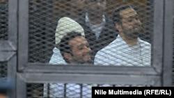 الناشطان المصريان أحمد ماهر وأحمد دومة داخل قفص الإتهام في المحكمة