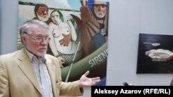 Арт-директор группы Parallel Worlds российский художник Александр Кондуров на выставке «Диалоги с великими». Алматы, 4 сентября 2015 года.
