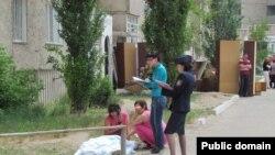 На месте трагедии в Павлодаре, где во время выселения погиб человек. Фото из сайта газеты «Республика» http://respublika-kaz.info. Павлодар, 24 мая 2011 года.