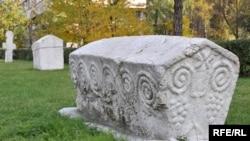 Stećak ispred Zemaljskog muzeja Bosne i Hercegovine, Sarajevo
