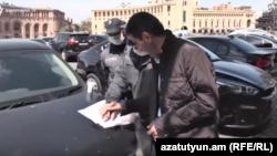 Ermeni polisiýasy düzgüni bozana jerime salýar. 28-nji mart, 2020.